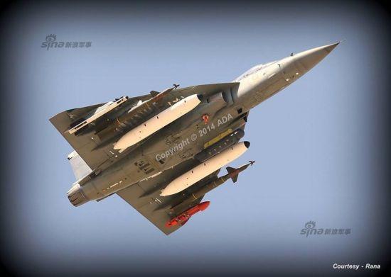 资料图:印度LCA战机目前已经量产,并且在近日开始试验挂载国产激光制导炸弹、反跑道炸弹、俄制R73空空格斗导弹、R77中程空对空导弹等。都30年了,印度LCA战机才走到这步呀!