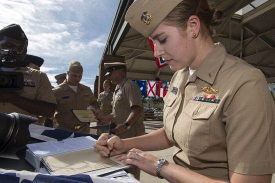 首批潜艇女军官洗澡被偷拍 视频被广泛传播图片