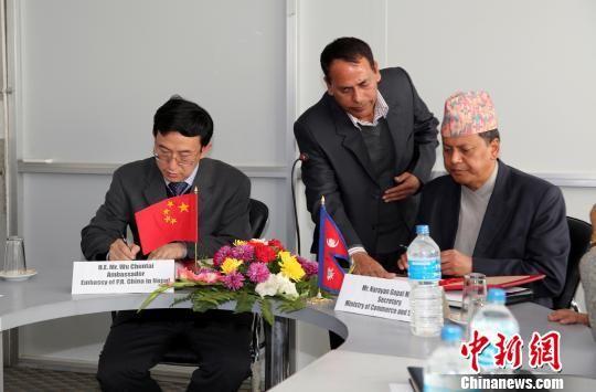 资料图片:中国将给予尼泊尔97%产品零关税待遇,中国驻尼泊尔大使吴春太(左一)与尼泊尔商务供应部部秘那拉扬・马拉古代表各自政府签署相关文件。