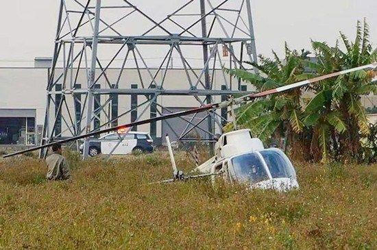 """一架正在清洗高压电塔的直升机18日下午突然重落地在附近农田。""""中央社"""""""