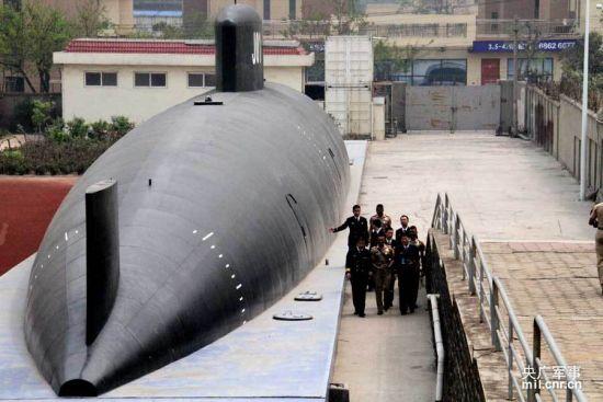 """资料图:4月21日,印尼海军学员代表团一行90余人参观我海军潜艇学院。图为印度海军学员在学院内参观大型潜艇模型。该潜艇的外形与我军现役潜艇相比明显不同。有网友猜测,这可能是传说中的""""095级"""""""