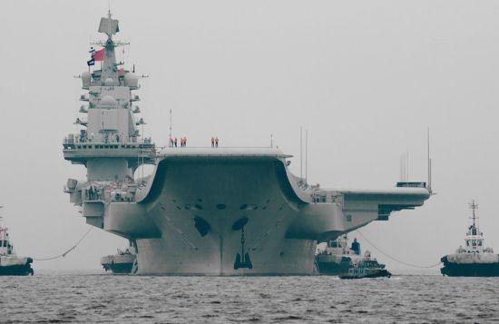 """资料图:近日,中国首艘航母""""辽宁舰""""返回了大连港。""""辽宁舰""""上一次进入大连造船厂船坞是在2012年1月,据分析""""辽宁舰""""试航至今已近两年半,有可能返回造船厂进行中期维护保养。"""