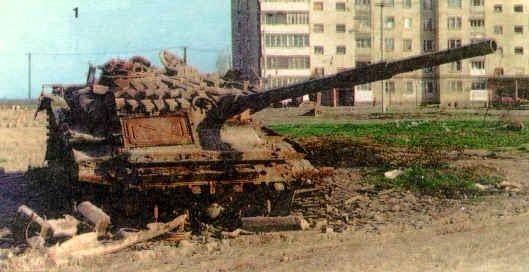 资料图:格罗兹尼艰难的巷战中,大量俄军先进坦克被摧毁,图为一辆T-72B坦克