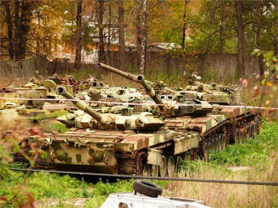 资料图:俄罗斯坦克坟场里堆放的多型苏联冷战末期先进坦克样车