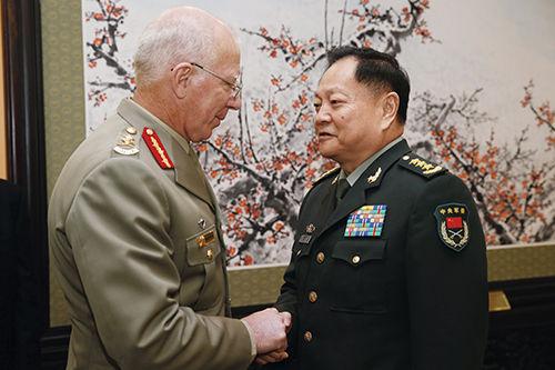 2012年12月,总装备部部长张又侠上将会见澳大利亚国防部长赫尔利上将。
