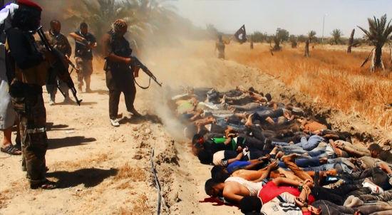 """资料图:当地时间2014年6月14日,伊拉克提克里克,伊拉克极端武装""""伊拉克和黎凡特伊斯兰国""""武装人员处决大量俘虏的伊拉克士兵。"""