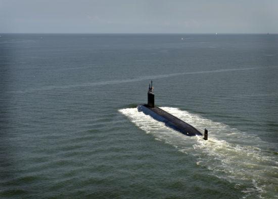 """资料图:美国海军资料称,造价约22亿美元的""""弗吉尼亚""""级核潜艇是美军第一种专门为应付冷战后威胁研制的潜艇,具有强大的反潜、反舰、远程侦察、执行特种作战以及用新型""""战斧""""巡航导弹精确打击陆上目标的能力。"""