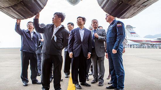 资料图:国家副主席李源潮莅临航展现场参观苏35战机