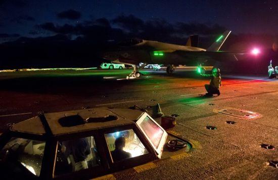 近日,美国海军下一代舰载战斗机F-35完成了在航母上的首次夜间起降测试。测试期间,F-35C战斗机从尼米兹号航母上起飞,经过数次着舰复飞后完成降落。