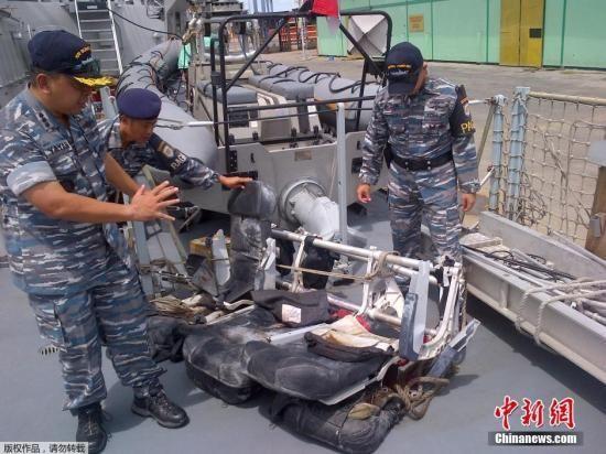 印尼海军展示搜寻到的亚航失事航班QZ8501的客机残骸以及乘客遗物