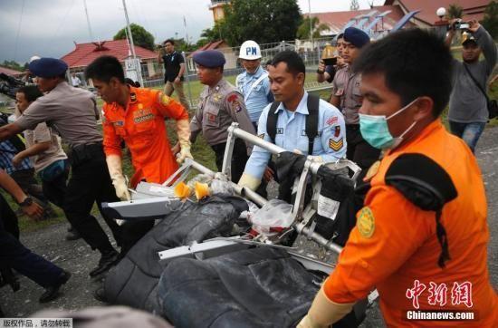 当地时间2015年1月6日,印尼庞卡兰布翁,参与亚航失事航班残骸搜寻的马来西亚皇家海军展示打捞上来的客机座椅残骸