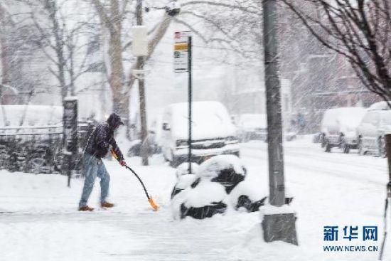 1月26日,在美国纽约皇后区,一名男子正在清扫自家门前的积雪。美国东北部自26日开始迎来一场暴风雪。美国国家气象局说,这场暴风雪将给美国东北部地区带来最高约90厘米降雪和强风。这一天气将持续到28日。新华社记者 李畅翔 摄