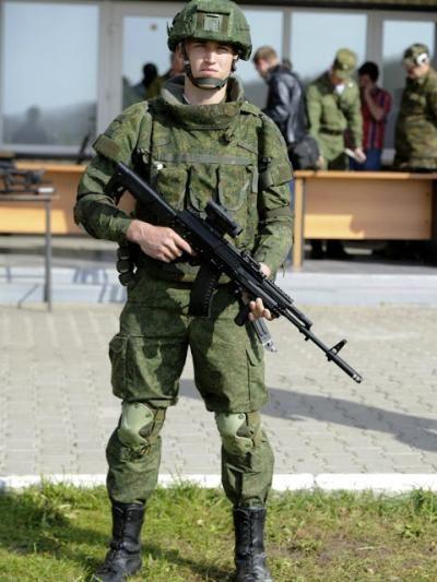 """资料图:使用AK-12突击步枪、装备Ratnik""""武士系统""""的俄军信息化步兵"""