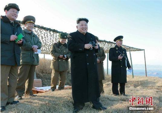 资料图:朝鲜最高领导人金正恩日前观看朝鲜人民军进行新型反舰火箭发射试验。(朝鲜《劳动新闻》)