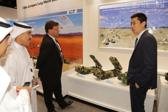 2月23日,在阿联酋阿布扎比举行的第十二届阿布扎比国际防务展上,阿拉伯客商参观中国航天长征国际贸易有限公司的展台。(资料图)