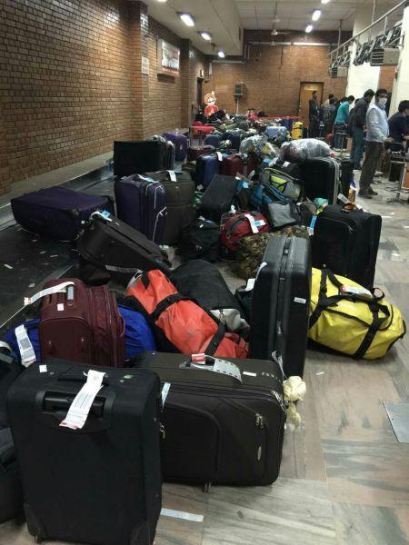南航员工手工办理行李托运,3天共办理托运行李近千件