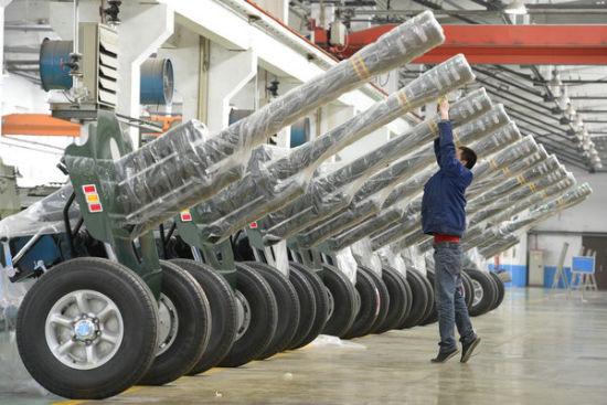 图为2015年4月9日,山西太原员工正在包装08式迎宾礼炮