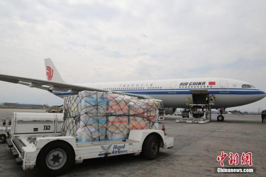 当地时间4月26日上午,中国国际救援队在尼泊尔地震发生24小时之内飞抵加德满都。中方救援队一行69人,携带6只搜救犬及医疗器械,落地后随即开展救援工作。