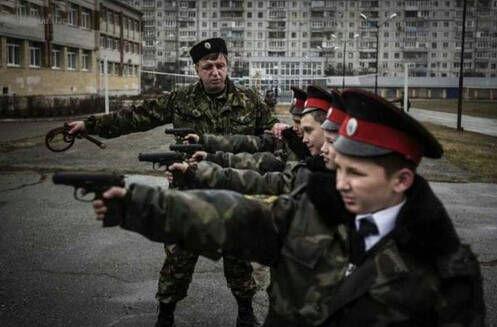 美媒称俄罗斯加强战备 20万青少年练飞刀