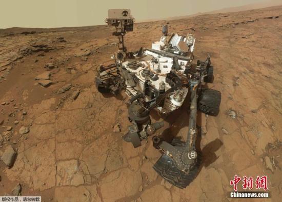 """材料图:2013年12月9日,NASA颁布的""""火星猎奇号""""机械人拍照到的火星盖尔环形山图像以及NASA制作的模仿图。"""