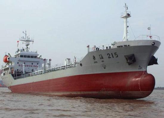 """资料图:我国首艘贯彻国防要求油船""""东海215""""号。"""
