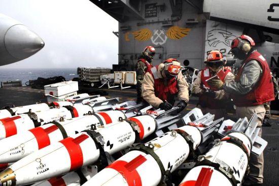 """2009年3月16日美韩""""雏鹰2009""""联合军演期间 CVN-74斯坦尼斯号航母甲板 MK-62型智能水雷"""