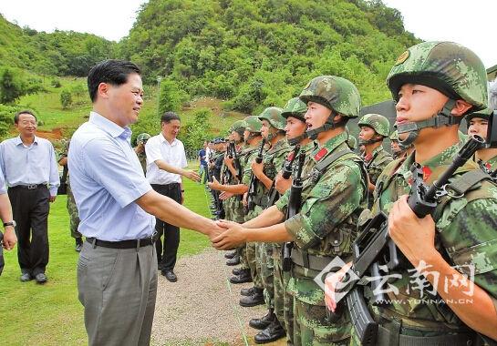 陈豪看望慰问边境一线维稳部队官兵。(记者 顾彬 摄)
