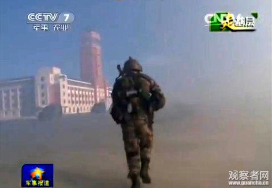 """央视视频画面,注意""""跨越-2015・朱日和C""""演习中出现的红色5层建筑物"""