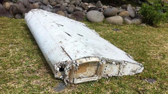 图为在海滩发现的飞机残骸