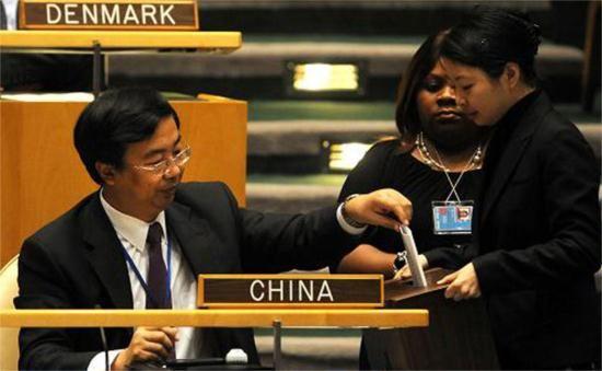 中国常驻联合国副代表王民(左)在投票。资料图
