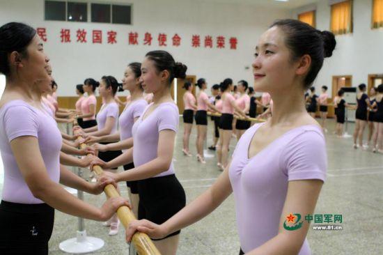 女兵队形体训练。杨璐 摄