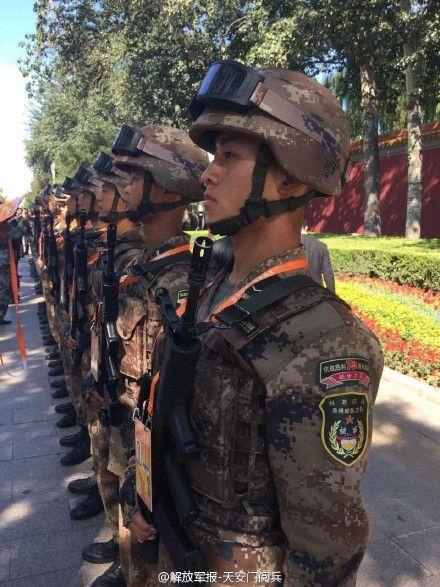 """他们是""""替补"""",阅兵马上开始了,他们还在人行道上练兵。"""