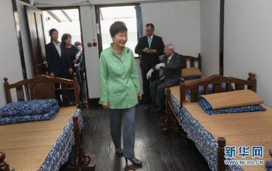 """资料图:9月4日,韩国总统朴槿惠在上海""""大韩民国临时政府旧址""""参观"""