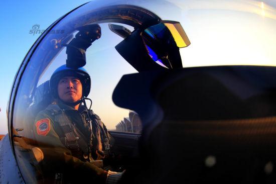 戴明盟在准备训练新的高难飞行课目(9月27日摄)。新华社发(钟魁润 摄)