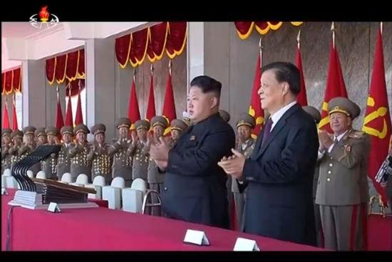 金正恩与刘云山一同在主席台上接受全场欢呼
