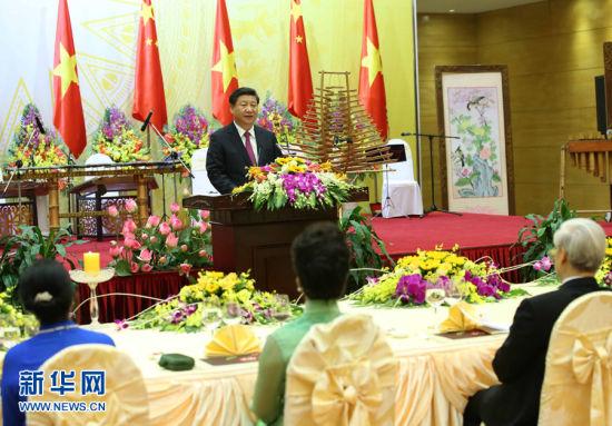 中共中央总书记、国家主席习近平和夫人彭丽媛出席越共中央总书记阮富仲和越南国家主席张晋创在河内国际会议中心举行的盛大欢迎晚宴。新华社记者 庞兴雷 摄