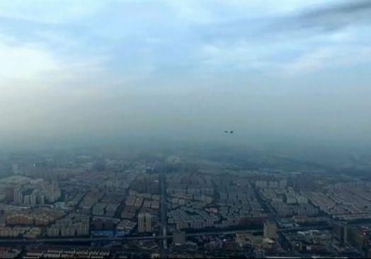 一架遥控操纵的多旋翼无人机正在我国某都会上空数百米悬停拍照,画面右边忽然快速飞入一架曾经放下前三点式升降架的双座喷气式飞机,疑似正在进入进近着陆期间。