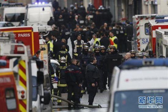 材料图: 11月18日,在巴黎市区圣但尼市,反恐突击职员在步履中。