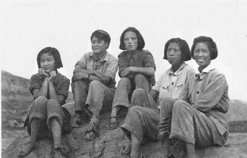 资料图:延安中国女子大学生合影,左起沈玉玲、曲岩、赵军、杜国芳、侯波(1942年,侯波摄)