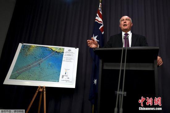 澳大利亚副总理沃伦・特拉斯在新闻发布会上介绍马航MH370航班搜寻行动的最新进展