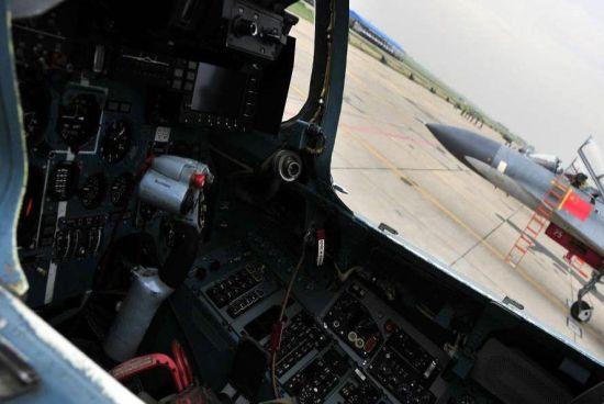"""同属""""南霸天""""部队歼-11A战争机本来的座舱,留意座舱内只要一个下显,选用液晶屏,经过四周的按钮切换该显现器的各类显现内容,座舱内如""""挂钟铺""""般充满指针式仪表"""