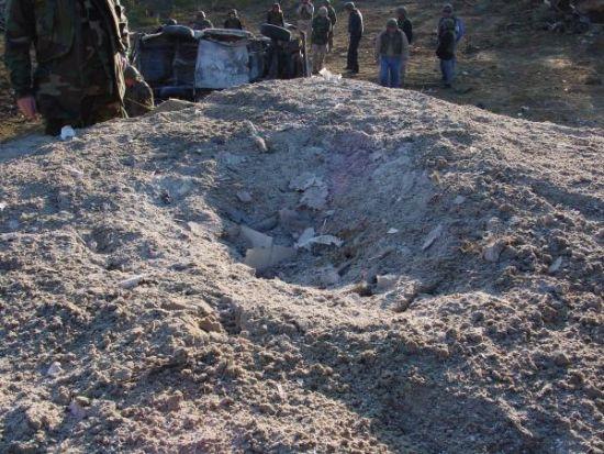 """""""碉堡 vs. 81mm""""实验中81mm迫击炮弹击中碉堡顶部产生的弹坑,比中缅边境的弹坑大出好多"""