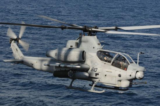2010年8月2号,AH-1Z准备在黄蜂号两栖攻击舰上降落