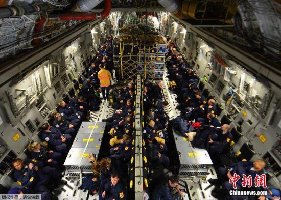 图为当地时间4月26日,美国特拉华州,一支69人的搜救队伍在C-17运输机上等候起飞前往尼泊尔。