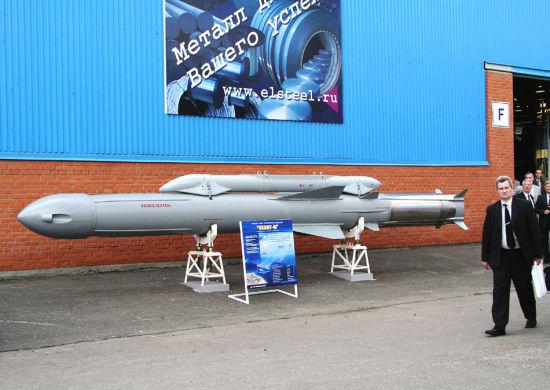"""宝石导弹采用了类似米格-21的机头进气布局,主要是为了缩小体积和重量。所谓""""宝石""""反舰导弹的俄罗斯编号为P-800/3M-55,该导弹研制于上世纪80年代,其目的在于提供一种通用化、模块化的反舰导弹,解决原来前苏联反舰导弹存在着的体积和重量偏大,装载适应性差的缺点;"""