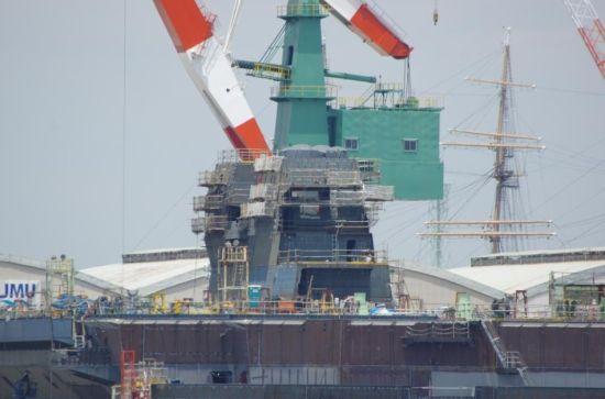 距离上次日本出云级2号舰DDH-24最新建造进度照片刚刚9天,这艘舰又有新变化了。只过了一个端午节,舰岛居然成形了!这速度可真是快!(鸣谢拍摄:worldtraveler19)