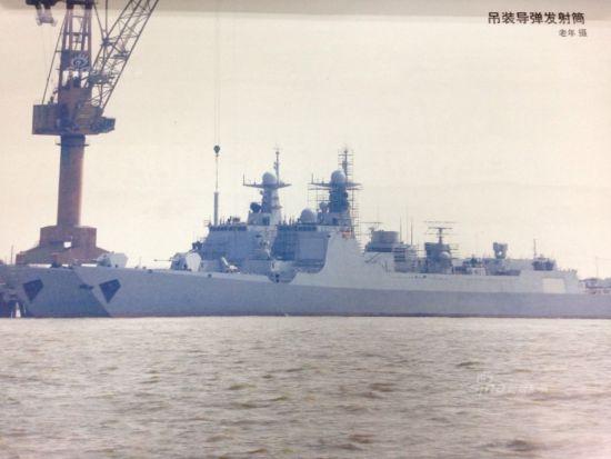 据某军事杂志刊图,最新两艘052D驱逐舰疑似装上了防空导弹,该导弹发射筒为圆柱形,显然不可能是海红旗16防空弹。新浪军事判定疑似使用海红旗9防空导弹,为航母护航准备。