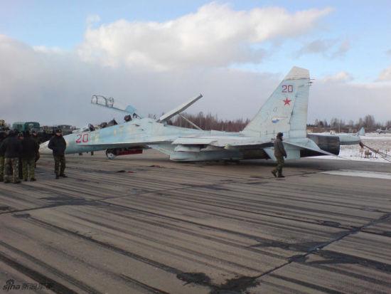 最近有俄罗斯网站曝光了几张俄军苏-27战机依靠机腹进气道和弹药挂架迫降的照片,事故是因前起落架无法正常放下,当然也不得不佩服飞行员过人的胆量和沉稳的驾驶技术。