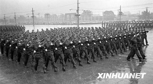 1956年第八次国庆阅兵,是十三次国庆阅兵中唯一一次在大雨中进行的。应邀参加中共八大的五十多个国家的领导人、工人党代表参加了观礼。阅兵部队乘坐的汽车是第一批出厂的国产解放牌汽车。