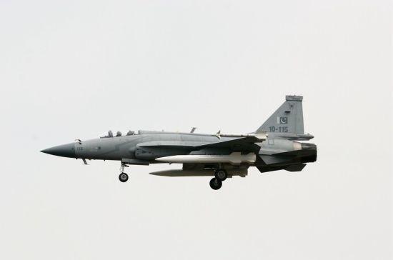 近日,外媒公布的照片显示,1架巴基斯坦空军枭龙战机挂载两枚CM-400AKG重型空地导弹进行飞行训练,此前这款导弹曾在航展上静态展示过。据悉,CM-400AKG是一款超音速空地导弹,具有发射后不管、突防性能好、毁伤能力强等优势。